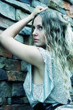 против унылой женщины каменной стены Стоковые Фотографии RF