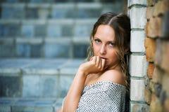 против унылых детенышей женщины каменной стены Стоковая Фотография