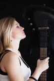 против утеса нот гитары черноты предпосылки пламенистого Гитарист музыканта девушки с электрической гитарой Стоковые Фотографии RF