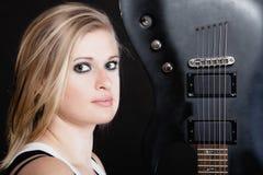 против утеса нот гитары черноты предпосылки пламенистого Гитарист музыканта девушки с электрической гитарой Стоковое фото RF