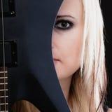 против утеса нот гитары черноты предпосылки пламенистого Гитарист музыканта девушки с электрической гитарой Стоковое Изображение