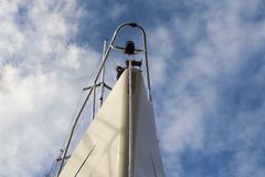 против флагов черного голубого смычка шлюпки глубоких смотрящ много небо там вверх по развевать Стоковые Изображения RF