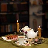 против чая чашки предпосылки Стоковое фото RF