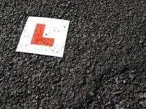 против черного гудронированного шоссе плиты учащийся водителей стоковые фотографии rf