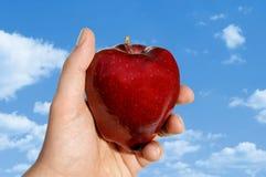против яблока заволакивает рука Стоковое Изображение RF