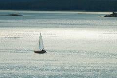 против яхты сиротливого моря малой Стоковые Фото