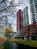 против amsterdam зодчества фона баржи канала голландских части домов прифронтово Современные здания в Роттердаме, Нидерландах, с  стоковое изображение