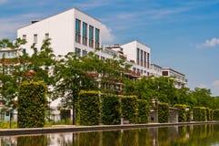 против amsterdam зодчества фона баржи канала голландских части домов прифронтово стоковое фото rf