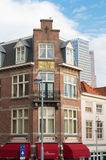 против amsterdam зодчества фона баржи канала голландских части домов прифронтово стоковые изображения