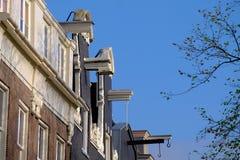 против amsterdam зодчества фона баржи канала голландских части домов прифронтово стоковая фотография rf