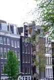 против amsterdam зодчества фона баржи канала голландских части домов прифронтово стоковые фотографии rf