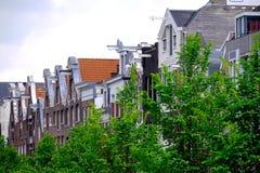 против amsterdam зодчества фона баржи канала голландских части домов прифронтово стоковые фото