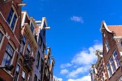 против amsterdam зодчества фона баржи канала голландских части домов прифронтово стоковое изображение rf