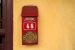 против cream стены красного цвета postbox Стоковое Изображение RF