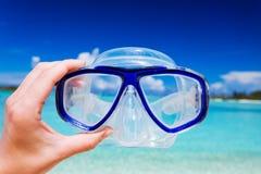 против snorkel неба googles пляжа Стоковая Фотография