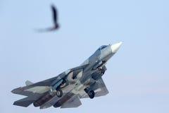 Прототип СИНИ Sukhoi T-50 PAK-FA 052 показанный реактивный истребитель пятого поколения пока выполняющ контрольный учебный полет  Стоковая Фотография RF