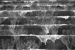 Проточная вода над старыми лестницами Стоковые Изображения