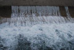 Проточная вода рядом с дорогой Стоковые Фотографии RF