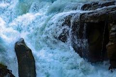 Проточная вода Sunwapta Falls от реки Sunwapta в яшме национального парка, Альберте, Канаде Стоковые Фото