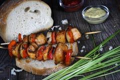 Протыкальники цыпленка с хлебом стоковые фото