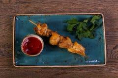 Протыкальник цыпленка с соусом Стоковая Фотография