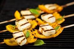 Протыкальники сыра и болгарского перца Halloumi Стоковая Фотография