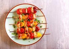 Протыкальники цыпленка, красных и желтых томата Стоковая Фотография RF