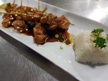 Протыкальники цыпленка Teriyaki с кипеть белым рисом Стоковые Фотографии RF