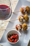 Протыкальник закуски с салатом перцев и стеклом красного вина Стоковое Изображение RF
