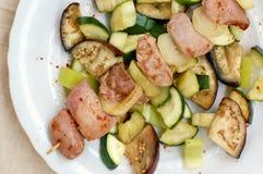 Протыкальник с зажаренным в духовке мясом курицы индюка с луком, цукини и aubergine на белой плите Стоковое фото RF