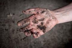 Протягиванная рука в грязи Грязный в земле в болоте стоковые фотографии rf