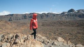 Протягиванные оружия женщины наблюдают огромным кратером вулкана Teide в Тенерифе, Канарских островах, Испании сток-видео