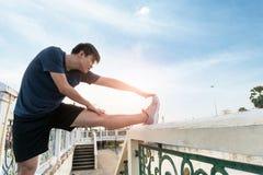 Протягивать бегуна молодого человека и образ жизни тренировки здоровый стоковые изображения rf