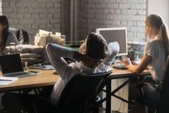 Протягивать заднего менеджера взгляда ослабляя на coworking офисе стоковые изображения rf