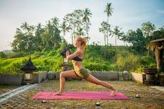 Протягивать йоги молодой женщины Стоковое фото RF
