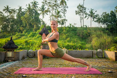 Протягивать йоги молодой женщины Стоковые Изображения RF