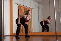 Протягивать перед танцулькой полюса Стоковые Изображения