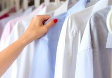 Проутюживенные рубашки в шкафе, выборе стоковая фотография rf
