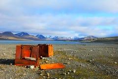 Проутюживите коробки на пляже в Шпицбергене (Шпицберген) Стоковое Изображение RF
