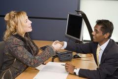 профессионалы handshaking дела молодые стоковое изображение rf