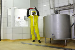 Профессионалы Industral на работе в заводе Стоковые Изображения