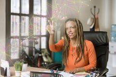 Профессиональная женщина используя изощренную футуристическую сеть Grap стоковое фото rf