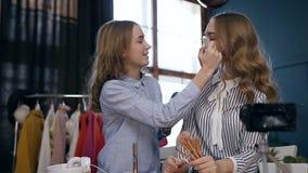 Профессиональная женщина составляет художника делать компенсирует молодую милую модель видеоматериал