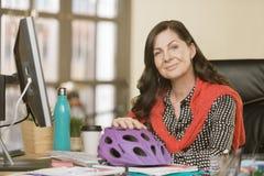 Профессиональная женщина с шлемом велосипеда Стоковое фото RF