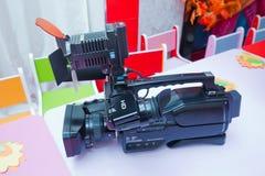 Профессиональная изолированная видеокамера профессионал hd камкордера полный стоковое фото