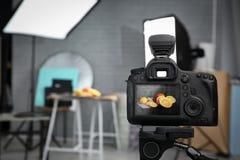 Профессиональная камера на треноге в студии, крупном плане Стоковое фото RF