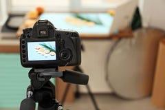 Профессиональная камера с изображением плодоовощей отрезка и лист ладони Стоковое фото RF