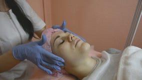 Профессиональная кожа cosmetologist тонизируя применение сливк сток-видео