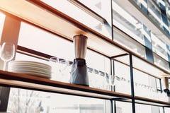 Профессиональная кухня ресторана Современные оборудование и приборы Пустая кухня в утре стоковое фото rf