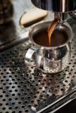 Профессиональная машина эспрессо делая сильный свежий кофе стоковые фотографии rf
